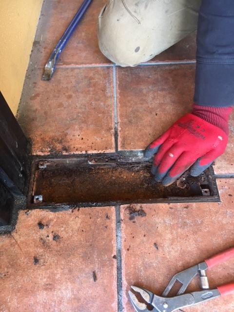 フロアヒンジ本体を取り出しケースを清掃します。