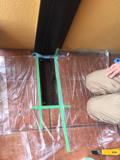 フロアヒンジケースを清掃し塗装する準備を行います。