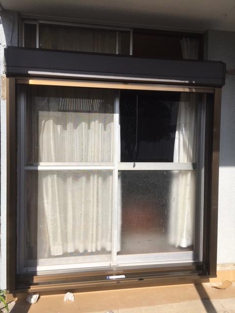 左右の本体ガイドを取付けて本体カバーを取付ければ後付け窓シャッターの下げ納まり工事は完了です。
