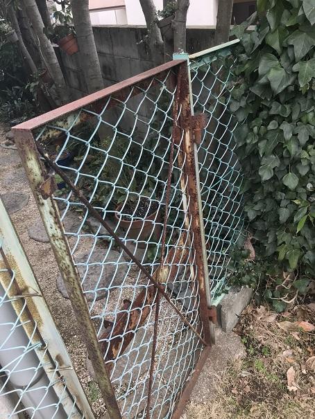 もともと設置されていた古いフェンス門扉の写真です。