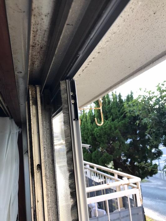 室内から撮影した後付けレールと新しい網戸の写真です。